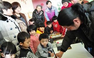 """缪燕华:义务教孩子绘画的""""民间画家"""""""